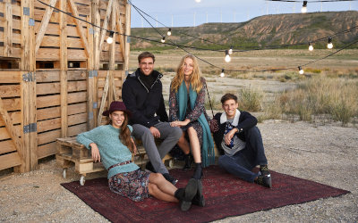 Personas sentadas en el campo con ropa de Springfield